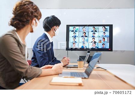 オンライン会議 ビデオ会議 テレビ会議 ウェブ会議 リモートワーク リモート テレワーク 社内会議 70605172