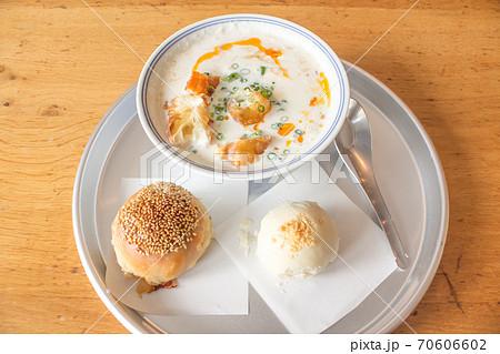 台湾の定番朝ごはん鹹豆漿(シェントウジャン)と台湾のパン 70606602