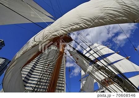帆船日本丸の総帆展帆と横浜ランドマークタワー 70608546