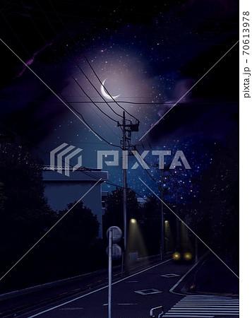 星空と輝く月と暗い夜道を走る車 70613978