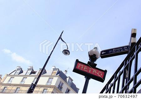 パリ地下鉄メトロの屋外案内表示と街灯アパートメント 70632497