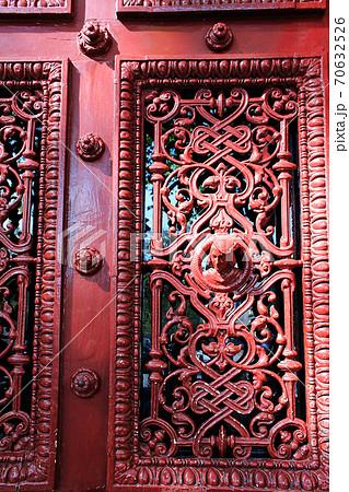 パリ街風景アパルトマン赤い扉の彫刻デザイン 70632526
