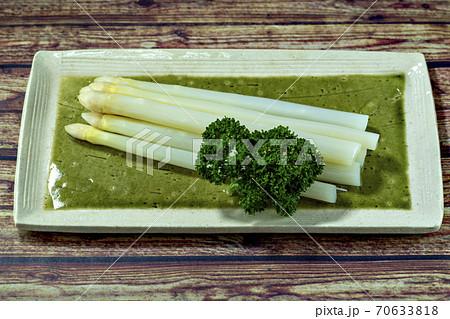 ゆがいて皿に盛った北海道産のホワイトアスパラガス 70633818