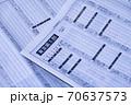 東京証券取引所のトラブルで株価が表示されていない紙面(2020年10月1日) 70637573