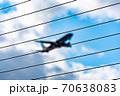 フェンス越しに見る離陸中の飛行機 70638083