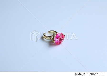 おもちゃの指輪、リング、ルビー、赤い宝石 70644988