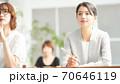 セミナーを受講している女性 70646119