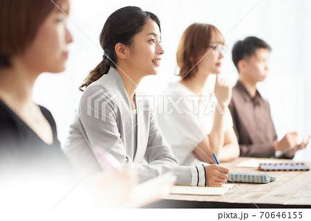 セミナーを受講している女性 70646155