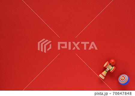赤い和紙の背景にコマとけん玉 70647848
