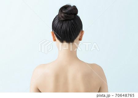 女性の後ろ姿 70648765
