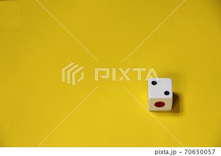 黄色バックの右下にサイコロ 70650057