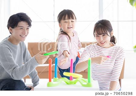 ファミリー 輪投げで遊ぶ親子 70650298