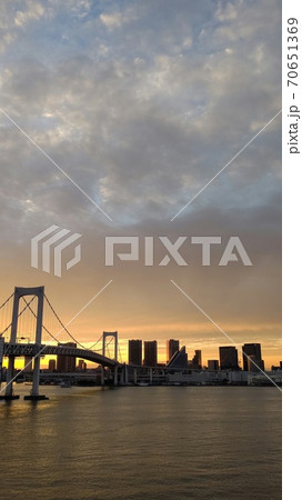レインボーブリッジから見た夕暮れの東京(撮影場所:東京都、携帯電話で撮影) 70651369