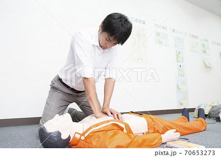 心臓マッサージをする男性 70653273