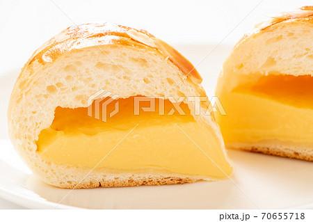 クリームパンの断面。(白皿・白バック) 70655718