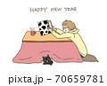 年賀状丑年2021年こたつと猫 70659781