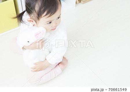 ぬいぐるみを抱く幼児 70661549