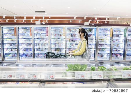 スーパーで買い物をするマスク姿の女性買い物客 70682667