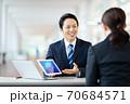 ビジネスシーン 男性 女性 スーツ 70684571