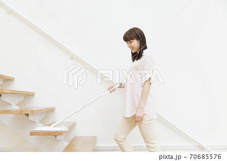 掃除をする女性 70685576