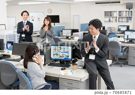 海外とweb会議 新しい契約が取れて喜ぶ会社員4人 70685871