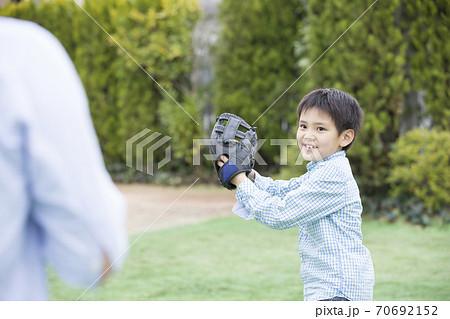 キャッチボールをする父子 70692152
