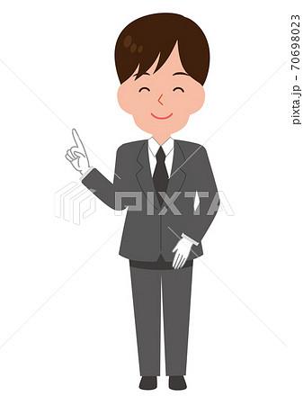 笑顔で指差ししてポイントを解説するスーツ姿の男性スタッフ 70698023