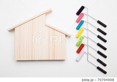 マイホームの塗装工事イメージ 住宅の塗装色選びイメージ スタジオ撮影 70704008