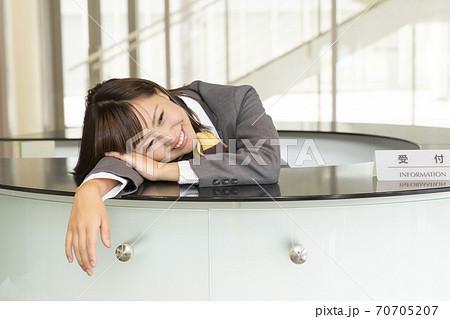 疲労した受付嬢 70705207