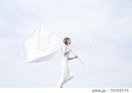 旗を持って走る女性 70705574
