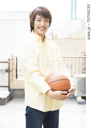 バスケットボールを持つ男性 70706230