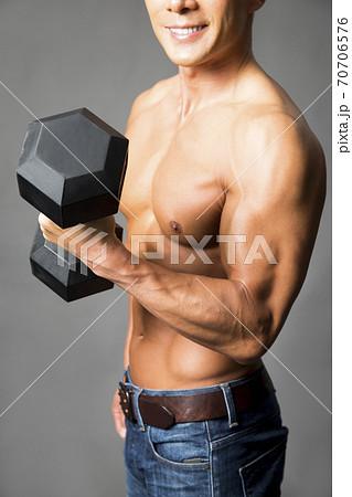 腕の筋肉 70706576