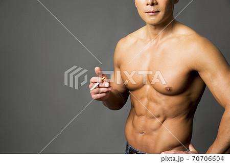 タバコを吸う男性 70706604