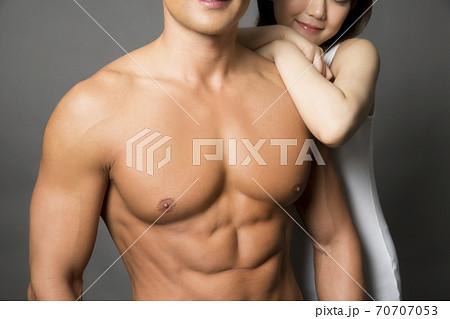 マッチョな男性と女性 70707053