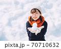 雪だるまと女の子 70710632