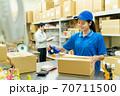倉庫で梱包作業をする若い女性 70711500