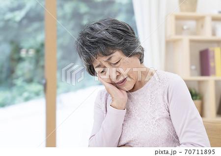 歯が痛いシニア女性 70711895