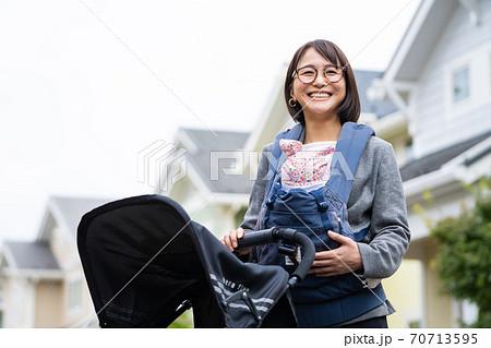 赤ちゃんを抱っこするワーキングマザー 70713595