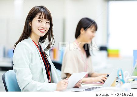 女性 オフィス ビジネスイメージ 70716922