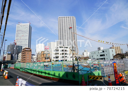 再開発が進む東京豊島区東池袋のメトロ副都心線上の工事現場 70724215
