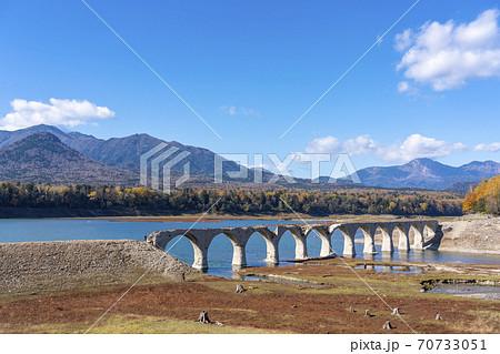 タウシュベツ川橋梁と紅葉 70733051