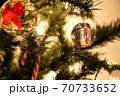 リボンのクリスタルボールを飾ったクリスマスツリー 70733652