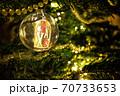 真珠、モール、水晶玉で飾ったクリスマスツリー 70733653