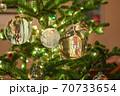 キラキラの電飾と水晶で飾ったクリスマスツリー 70733654