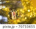 キラキラの電飾で光り輝くクリスマスツリー 70733655