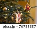 キラキラの電飾とサンタクロースの飾りがついたクリスマスツリーの写真 70733657