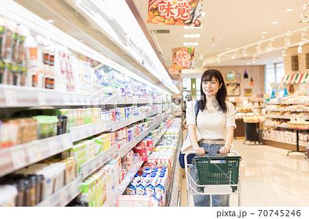 スーパーで買物をする若い女性 70745246