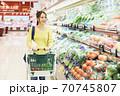 スーパーで買物をする若い女性 70745807