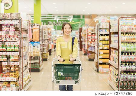 スーパーで買物をする若い女性 70747866