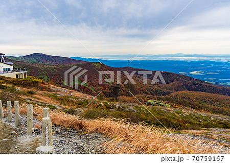 (栃木県)紅葉の茶臼岳・那須ロープウェイ山頂駅付近の景色 70759167